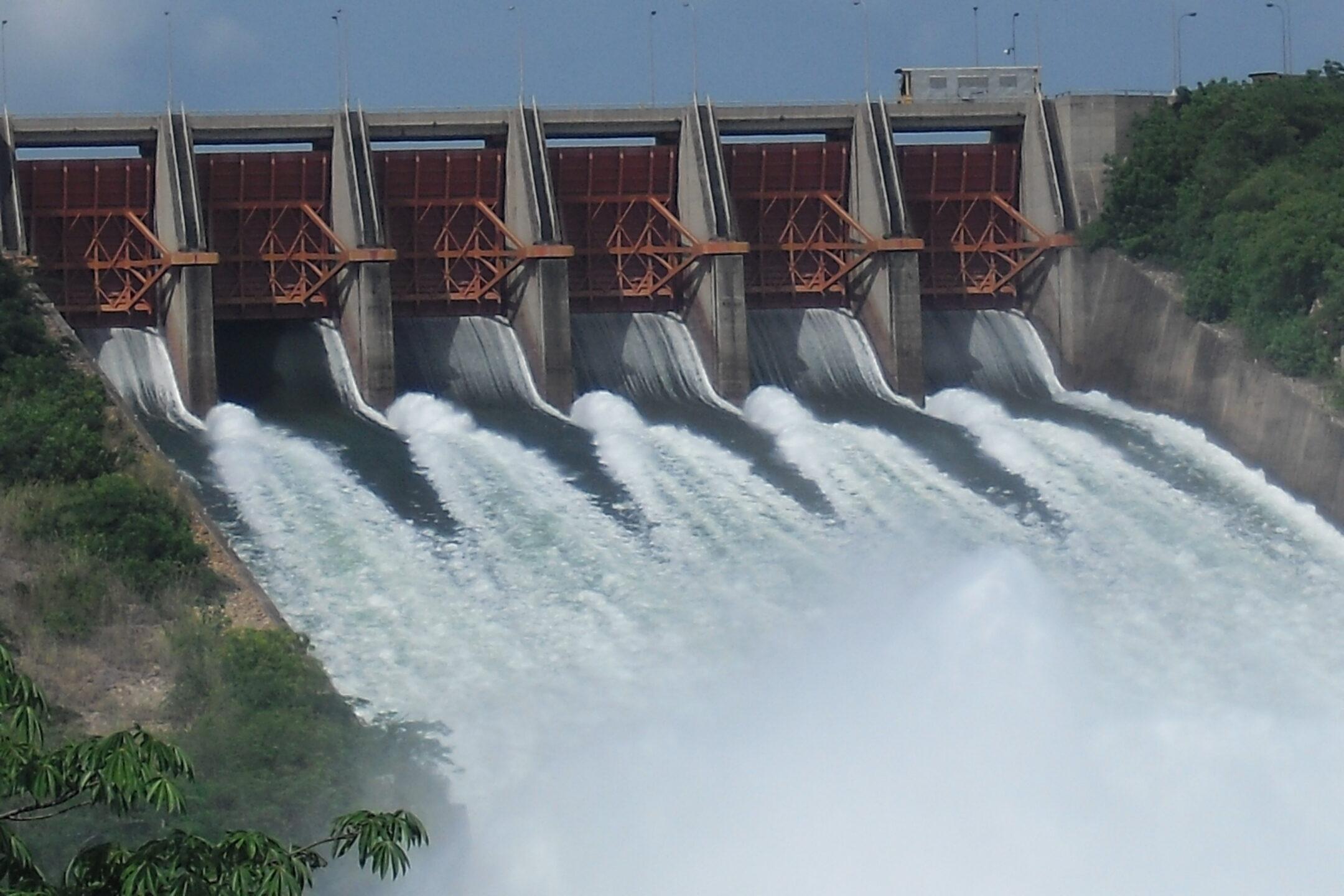 akosombo dam spilling water